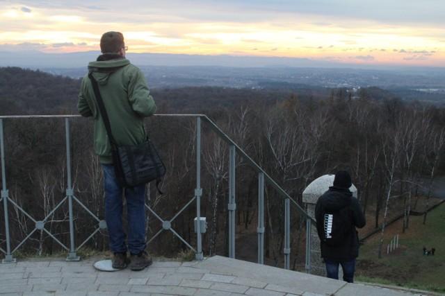 Kopiec Piłsudskiego, usypany na wzgórzu Sowiniec w Lesie Wolskim, ma 35 metrów wysokości. Górna część znajduje się już ponad okolicznymi drzewami