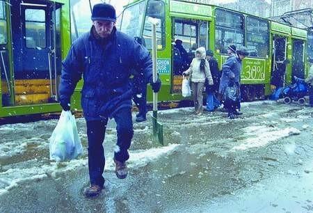 Marek Wróbel, jak większość mieszkańców miasta, miał spore problem z wydostaniem się z tramwaju.  sylwester witkowski