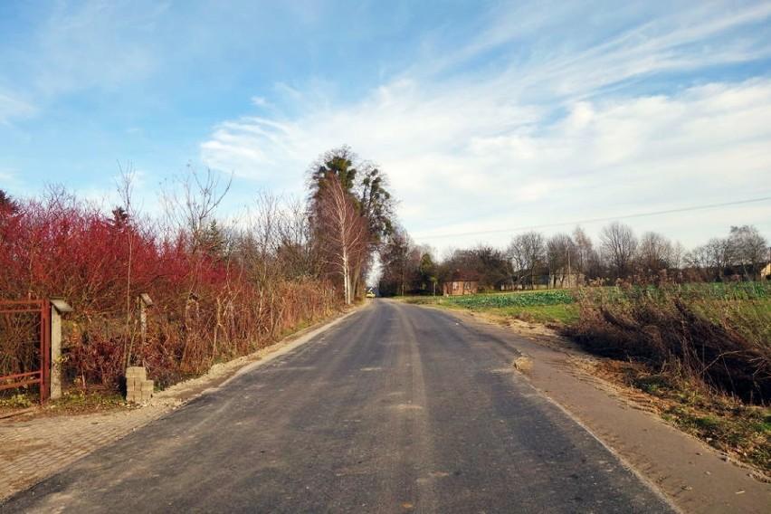 Mieszkańcy gminy Garbów mają dwie nowe drogi. Jest świeży asfalt i znaki drogowe