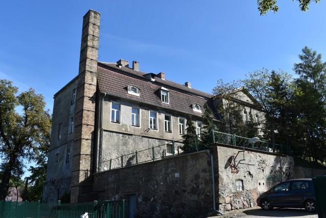 Budynek szkoły w Bytnicy nie wygląda z zewnętrz zbyt estetycznie. Przydałby się remont, ale koszty dla małej gminy są zbyt duże.