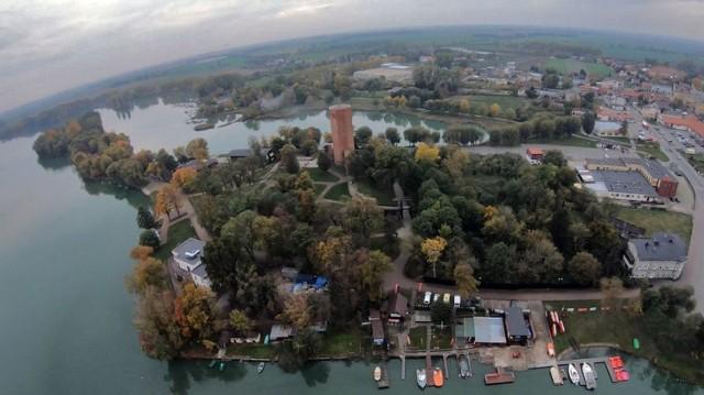Zobaczcie Mysią Wieżę, Półwysep Rzępowski, Gopło i centrum Kruszwicy z Lotu ptaka.