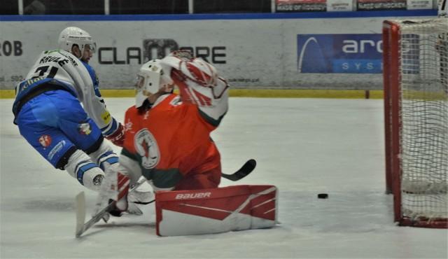 Ekstraklasa hokejowa; Re-Plast Unia Oświęci - Zagłębie Sosnowiec 4:1. Na zdjęciu: Gilbert Brule zdobywa trzecią bramkę dla oświęcimian