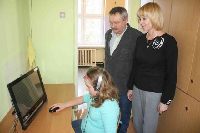 Program żywieniowy w Zawierciu: Dzieci za pomocą komputera i internetu łączą się z centralą.