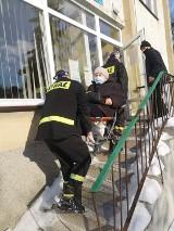 Strażacy z powiatu sieradzkiego pomagają seniorom w dowozie na szczepienia (zdjęcia)