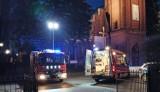 Powiat wałecki. Nieszczęśliwy wypadek pod kościołem w Mirosławcu. Samochód przygniótł kierowcę do bramy garażu. Będzie miał operację nogi