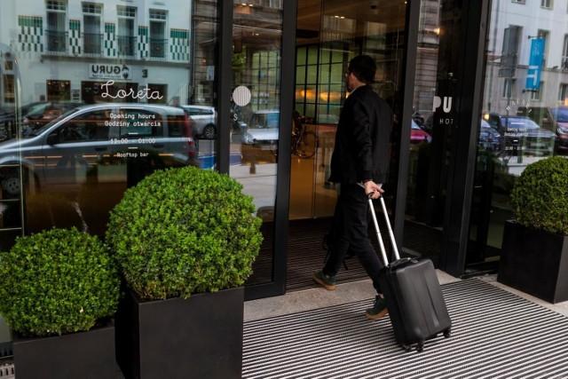 Właściciel hotelu, pensjonatu lub ośrodka wypoczynkowego lub pośrednik czyli touroperator muszą się zgodzić na naszą bezpłatną rezygnację z wyjazdu w ciągu 14 dni od dnia podpisania umowy, ale pod warunkiem  zawarcia jej poza lokalem firmy, na przykład telefonicznie lub w sieci.   Podróżni od blisko roku mają też prawo do odstąpienia od umowy, jeżeli w miejscu planowanego pobytu, zaistnieją nadzwyczajne okoliczności np. destabilizacja polityczna czy klęska żywiołowa. Dodatkowo konsument może zrezygnować z wykupionego urlopu, jeżeli jego cena wzrosła o więcej niż 8proc. w stosunku do pierwotnie umówionej kwoty. Biuro podróży może podwyższyć koszty usługi najpóźniej na 21 dni przed rozpoczęciem imprezy. W odniesieniu do imprez turystycznych o charakterze promocyjnym, czyli typu last minute, first minute, konsumentowi przysługują identyczne uprawnienia jak w przypadku pozostałych imprez turystycznych.   Klient i przedsiębiorca mogą  umówić się, że od niektórych elementów umowy – na przykład kosztów wynajmu apartamentu można będzie odstąpić, bez zwrotu kosztów. Musi to być jednak wyraźnie zapisane w umowie.  Warto też pamiętać o jeszcze jednej zmianie, obowiązującej od ubiegłych wakacji. Już nie 30 dni, a 3 lata ma niezadowolony z wyjazdu klient biura podróży na przedstawienie roszczeń. Te przepisy nie odnoszą się do wycieczek trwających krócej niż 24 godziny. Wyjątkiem są obejmujące nocleg wycieczki jednodniowe.  Co z rezygnacją z lotu lub przejazdu koleją cz autobusem? Czy i na jakich zasadach przysługuje nam zwrot pieniędzy za bilety?