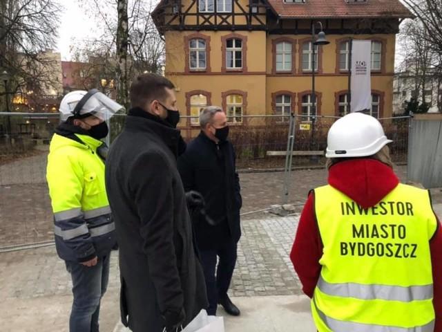 Wiceprezydent miasta Michał Sztybel opublikował w mediach społecznościowych zdjęcia, na których postępy prac na budowie Parku Kultury, który powstaje w Młynach Rothera, ocenia razem z prezydentem Bydgoszczy Rafałem Bruskim