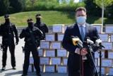 Poseł z Brodnicy pyta, po co funkcjonariusze ochraniali kartony i nazywa to szopką. Otrzymaliśmy odpowiedź z ministerstwa