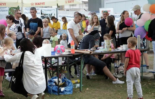 Choroba, na którą cierpi Zuza Janiszewska z Grudziądza jest nieuleczalna, ale rodzice starają się, aby doskwierała dziewczynce jak najmniej. To trudna misja, więc potrzebują pomocy. Pomagaliśmy na festynie na Delfinie nad Rudnikiem.