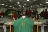 Zachowujesz się tak na mszy świętej? Możesz zostać wyproszony z kościoła! Najgorsze zachowania wiernych