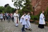 Pruszcz Gdański. Procesja Bożego Ciała w parafii Podwyższenia Krzyża Św. przeszła wokół kościoła | ZDJĘCIA, WIDEO