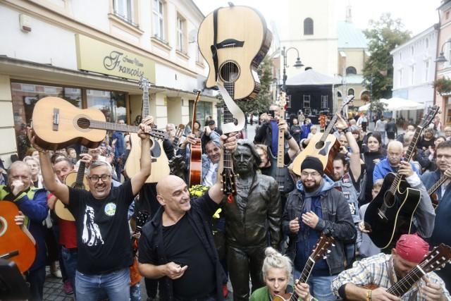 Koncert gitarzystów przed pomnikiem Tadeusza Nalepy w Rzeszowie, rok 2018