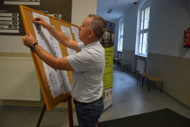 Dyrektor Arkadiusz Szczepaniak wywiesza listę zakwalifikowanych do klas pierwszych I LO w Szczecinku