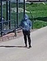 Kradzież roweru w Pszczółkach. Policjanci z Trąbek Wielkich szukają sprawcy. Rozpoznajesz go?