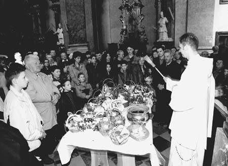 W ostatnim dniu Triduum we wszystkich kościołach - tak jak na Jasnej Górze - odbywa się święcenie potraw. Fot. KRZYSZTOF ŚWIERTOK