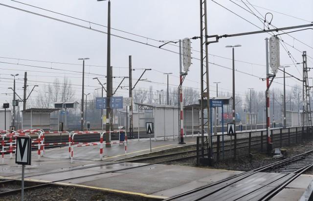 Obecnie pasażerowie chcąc dojść na perony przechodzą przez tory
