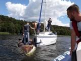 WSCHOWA. Pierwszy w tym sezonie wypadek na Jeziorze Sławskim. Przewróciła się omega [ZDJĘCIA]