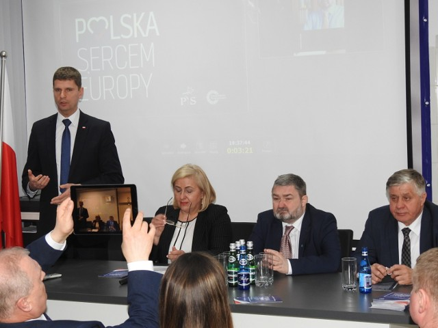 Spotkanie prowadził Dariusz Piontkowski, szef podlaskich struktur PiS. Prezentowali się  kandydaci do europarlamentu: Jolanta Karpowicz, Karol Karskii Krzysztof Jurgiel