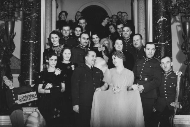 Uczestnicy zabawy karnawałowej w kasynie podoficerskim w Warszawie.  1939 rok