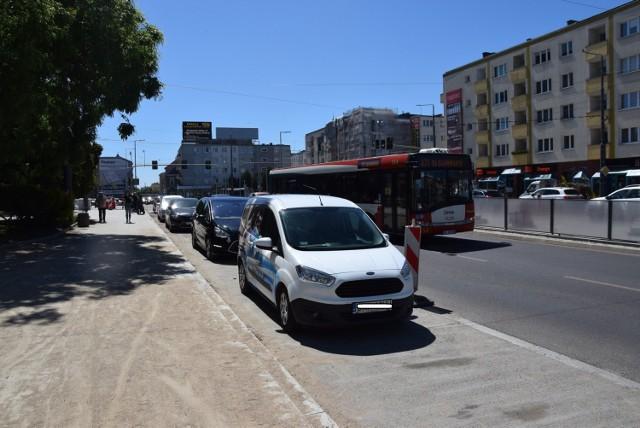 Przez małą liczbę parkingów kierowcy parkowali do niedawna nawet… w zatoczkach autobusowych.
