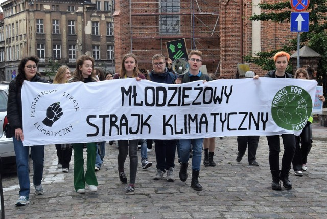 Młodzieżowy strajk klimatyczny w Kaliszu. Młodzi aktywiści przeszli ulicami miasta