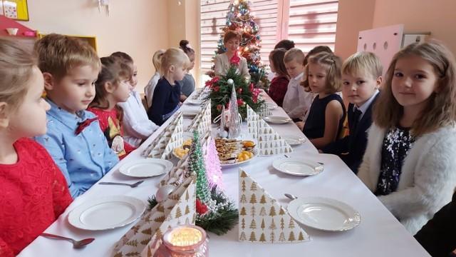 Na kilka dni przed 24 grudnia świąteczny nastrój  zapanował w grupie 5-6 latków Niezapominajki. Stół wigilijny dzieci przygotowały i udekorowały samodzielnie wykonanymi stroikami. Na wprost Renata Pacholczak dyrektor Przedszkola Samorządowego nr 5 w Sandomierzu.