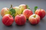 To dzieje się z organizmem, gdy jemy jabłka. Te osoby muszą włączyć je do diety