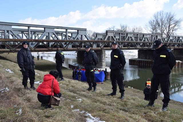 Ciało zaginionego Bartosza Nizińskiego zostało wyciągnięte z Nysy Kłodzkiej przez strażaków.