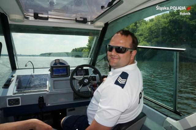 Policjanci patrolują Zalew Rybnicki z łodzi motorowej  Zobaczkolejnezdjęcia. Przesuwajzdjęcia w prawo - naciśnij strzałkę lub przycisk NASTĘPNE
