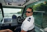 """Rybnik. Policjanci nad Zalewem Rybnickim. Z łodzi motorowej patrolują akwen, a z rowerów jego okolice. """"Dbają o bezpieczeństwo"""""""