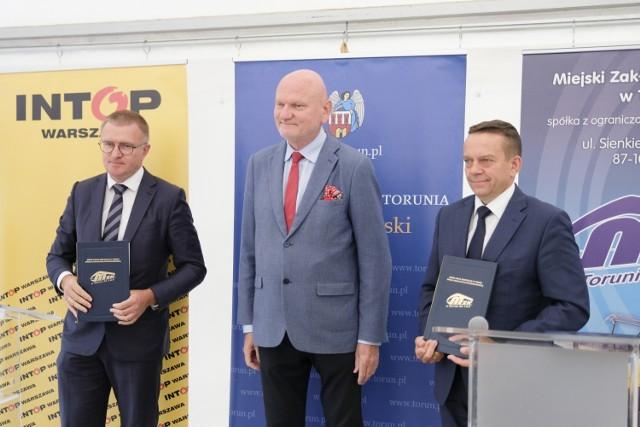Prezes firmy Intop Edward Głaz (pierwszy z lewej), prezydent Michał Zaleski i prezes MZK Zbigniew Wyszogrodzki