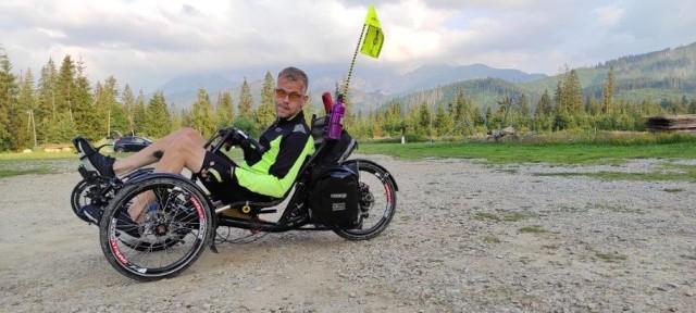 Niepełnosprawny rowerzysta z Jankowic k. Rybnika pokonuje góry na trójkołowcu