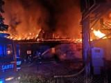 Izdebnik k. Wadowic. Paliła się fabryka butów. Budynki w ogniu, ewakuacja DPS, wstrzymany ruch na DK 52 [NOWE ZDJĘCIA]
