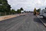 Pleszew. Na ulicy Poniatowskiego pojawiła się już pierwsza warstwa asfaltu. Kiedy otwarcie?
