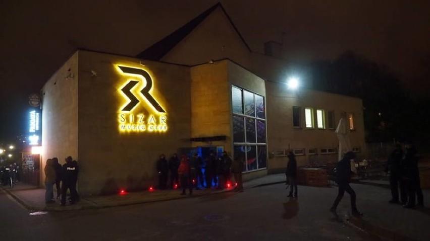 W piątek wieczorem przed koszalińskim klubem muzycznym...