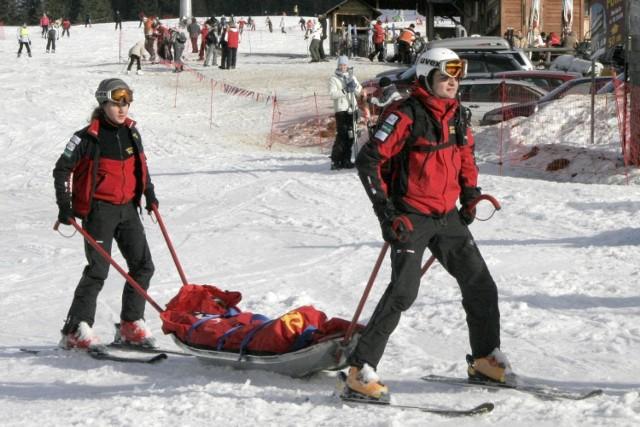 Od początku grudnia TOPR zanotował 1321 interwencji narciarskich. To dane na piątek 2 lutego. - W porównaniu z analogicznym okresem z roku ubiegłego to o ponad 100 interwencji więcej - mówi Andrzej Marasek, ratownik TOPR. - Ta ilość wypadków wynika przede wszystkim z dużej, większej niż przed rokiem naszym zdaniem, ilości narciarzy na stokach. Szacujemy tym samym, że ten sezon narciarski zakończy się rekordową ilością interwencji.   896 wypadków dotyczyły narciarzy, 369 snowboardzistów, a 54 przypadki innych osób na stoku narciarskim. W dwóch przypadkach doszło do interwencji TOPR poza stokiem narciarskim.   Czytaj dalej.