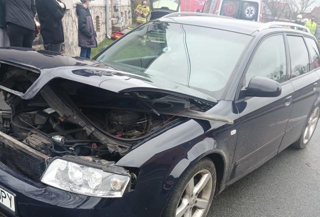 Do zderzenia dwóch samochodów osobowych (audi i bmw) doszło w sobotę, 10 kwietnia po godz. 14 w miejscowości Chociszewo (pow. międzyrzecki).   Miejsce: wypadku:   Prowadząca bmw kobieta, została przetransportowana karetką do szpitala. Natomiast pasażerowie audi, którym podróżowały również dzieci zostali przebadani przez ratowników na miejscu zdarzenia.   W Chociszewie interweniowało pogotowie, OSP z Chociszewa, dwie jednostki OSP z Lutola Suchego, dwie jednostki PSP z Międzyrzecza, a także policja.  źródło: OSP KSRG Lutol Suchy  Zobacz film: Jak postępować, kiedy jesteśmy świadkami lub uczestnikami wypadku drogowego: