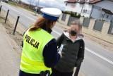 """Pucka policja ostrzega: przechodzisz przez ulicę patrząc w telefon? Przebiegasz przez nią? KPP Puck i akcja """"Na drodze - Patrz i Słuchaj"""""""