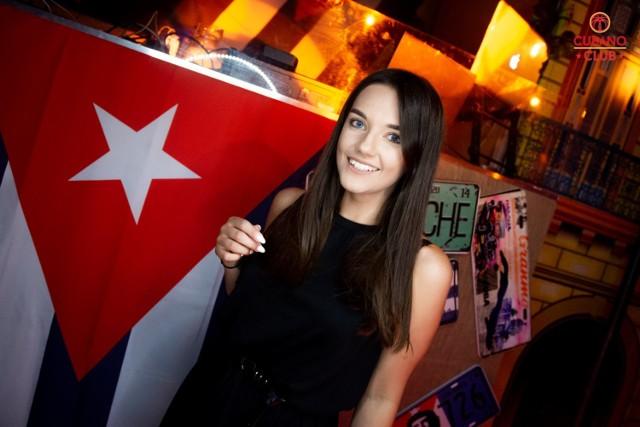 Cubano Club to stosunkowo nowe miejsce na imprezowej mapie Torunia. W lokalu przy ul. Chełmińskiej 12 pobawić się można w klimatach latino a w dodatku co piątek organizowane są darmowe lekcje salsy prowadzone przez Kubańczycy. Zobaczcie, co działo się w piątek!  O darmowych lekcjach salsy więcej przeczytasz TUTAJ