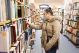 Pierwszy dzień otwarcia bibliotek w Słupsku, Ustce i regionie - bez kolejek, ale chętnych więcej niż zazwyczaj