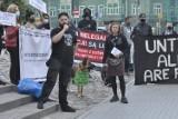 """""""Człowiek albo drut kolczasty!"""" Protest w Poznaniu w sprawie uchodźców na granicy polsko-białoruskiej [ZDJĘCIA]"""