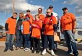 Gdynia. Kartka z kalendarza (2.09.2015). Flinstonowie z Gdyni po zwycięstwie w Konkursie Lotów Red Bulla przekazują nagrodę dzieciom