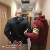 Łódź. Policjanci podczas zasadzki zatrzymali na gorącym uczynku dwóch mężczyzn. Przeładowywali z auta do auta paki z kontrabandą
