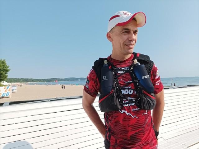 Artur Kujawiński na starcie swojego biegowego wyzwania Run Around Poland