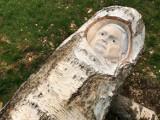 Artysta odsłonił alternatywny pomnik smoleński. I jest skandal
