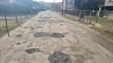 Ulica Skowronkowa w Dąbrowie Górniczej pełna dziur. Mieszkańcy toną w kłębach kurzu. Miasto remont obiecuje, ale nie mówi, kiedy