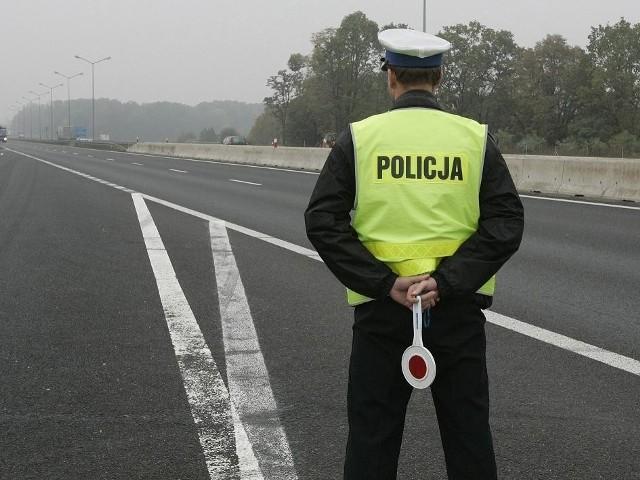 Policjanci bartoszyckiej drogówki 5 października br. kontrolowali prędkość samochodów. W pewnym momencie na policyjnym mierniku prędkości wyświetliła się prędkość 89 km/h. To o 39 za dużo, ponieważ samochód jechał w terenie zabudowanym, gdzie obowiązuje prędkość do 50 km/h.  Zobacz też: Wisła Płock - Stomil Olsztyn 1:1 [ZDJĘCIA]