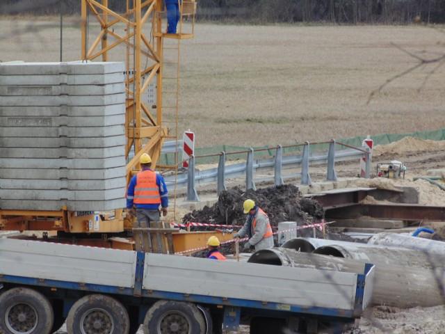Na 50-kliometrowym docinku drogi wojewódzkiej 747 z Konopnicy do Kamienia roboty prowadzone są pełną parą.