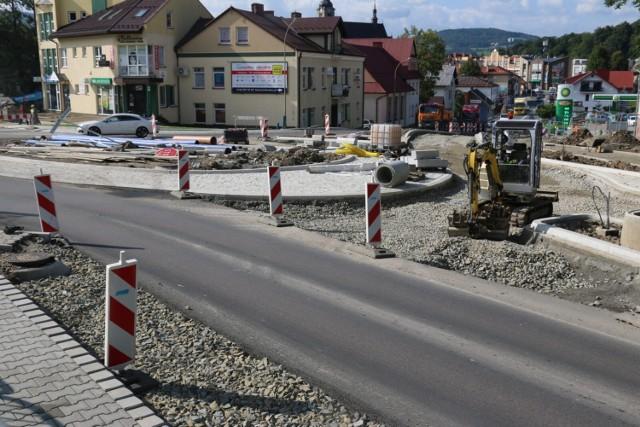 Budowa ronda przy DK 28 ma zakończyć się w połowie listopada. Kolejne utrudnienia czekają w rejonie nowej galerii handlowej