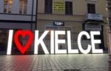"""Rusza Budzenie Sienkiewki. Napis """"I ❤️ KIELCE"""" już stoi na ulicy Sienkiewicza. Jest podświetlony"""